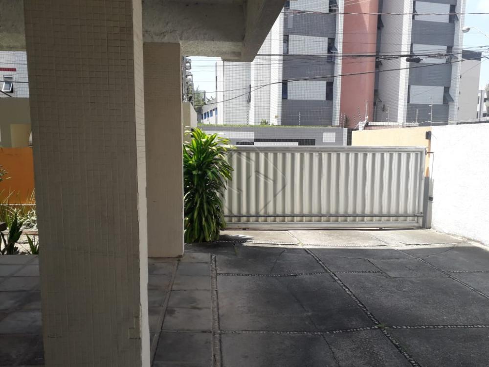 Apartamento com 02 quartos sendo 1 suite, 1 wc social, sala ampla para 2 ambientes, varanda ampla, cozinha com área de serviço, dependência completa de empregada, 1 vaga de garagem coberta.   Prédio com portaria, portão eletrônico, cerca elétrica, recepção e escada.