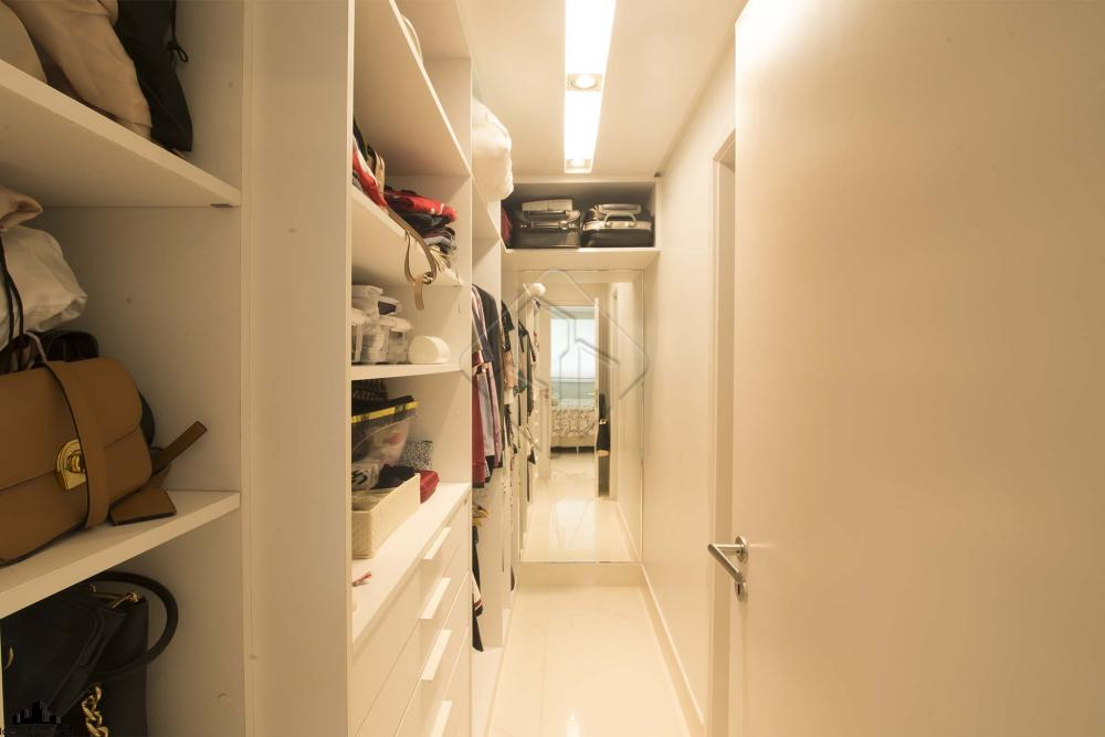 Apartamento para venda com 3 quartos em Altiplano Cabo Branco - João Pessoa - PB. O apartamento de 134 metros quadrados no bairro Altiplano Cabo Branco com 4 quartos sendo 3 suítes e 2 banheiros. Fica a alguns minutos de estacionamentos, shoppings, farmácias, museus, restaurantes, universidades, padarias, hospitais e escolas.  O apartamento tem como características; - Armários embutidos - Ar Condicionado (split) - Banheiro de empregada - Copa - Cozinha Planejada - Hall - Lavabo - Sala de Jantar - Sala de TV -  Bela vista Panorâmica   O apartamento vai lhe possibilitar curtir os dias mais quentes na piscina. Além disso, segurança garantida 24 horas por dia, alarme residencial e quadra para prática de diferentes esportes para você e sua família. Churrasqueira para você aproveitar nos momentos de descontração. Elevador para mais praticidade no dia-a-dia.