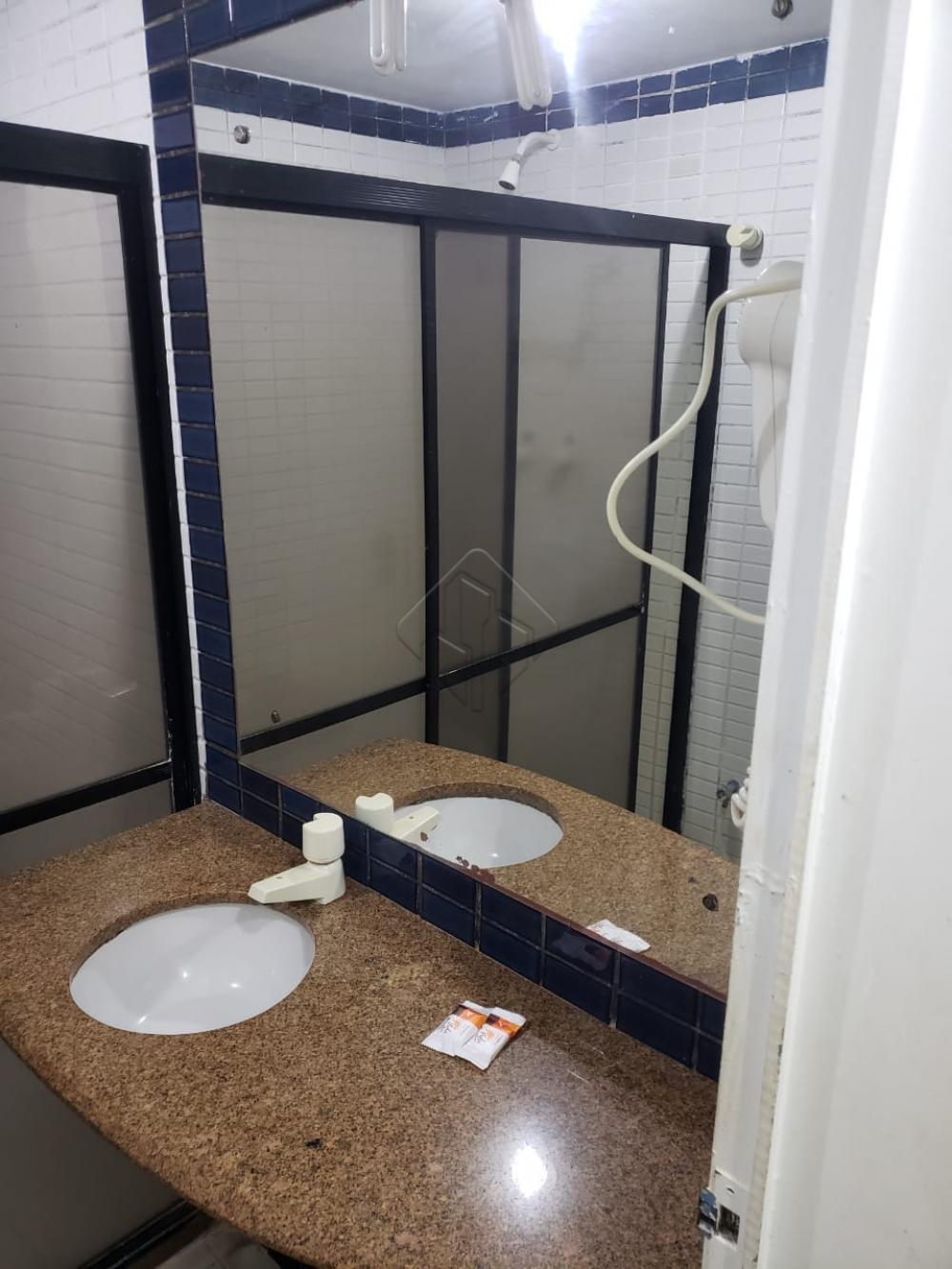 Flat com 3 camas, sendo 1 de casal e 2 de solteiro; Cozinha americana com frigobar, microondas, liquidificador, sanduicheira, pratos, copos e talheres. Banheiro com secador.