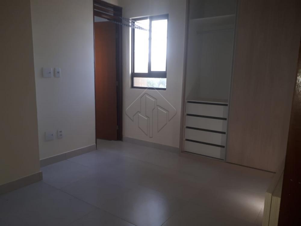 Ótima oportunidade de negocio.  More no bairro mais nobre de João Pessoa.  Localizado no 3º Andar  Apartamento com: *02 quatos s/01 suíte; *Sala; *Varanda; *Wc social; *Cozinha; *Área de serviço; *01 Vaga de garagem.  Prédio com elevador  AGENDE AGORA SUA VISITA TEIXEIRA DE CARVALHO IMOBILIÁRIA CRECI 304J - (83) 2106-4545