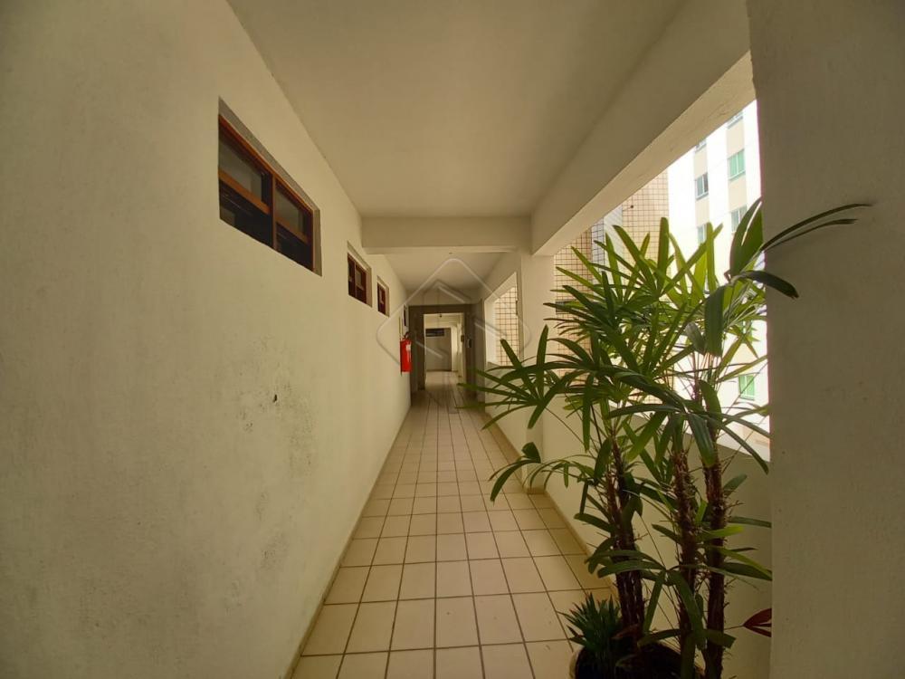 Apartamento localizado no bairro Bessa, medindo 73,79m², distribuídos em, 03 quartos, sendo 01 suíte, sala de estar e jantar, varanda,  wc social,  cozinha com planejados, posição Sul,  o que permite uma excelente ventilação. Distando 500m do mar, próximo a uma charmosa praça, o que permitirá ao seu morador uma excelente qualidade de vida!! Prédio com portaria noturna, elevador e uma  vaga de garagem coberta!   VENHA CONHECER!! AGENDE UMA VISITA CONOSCO!!!