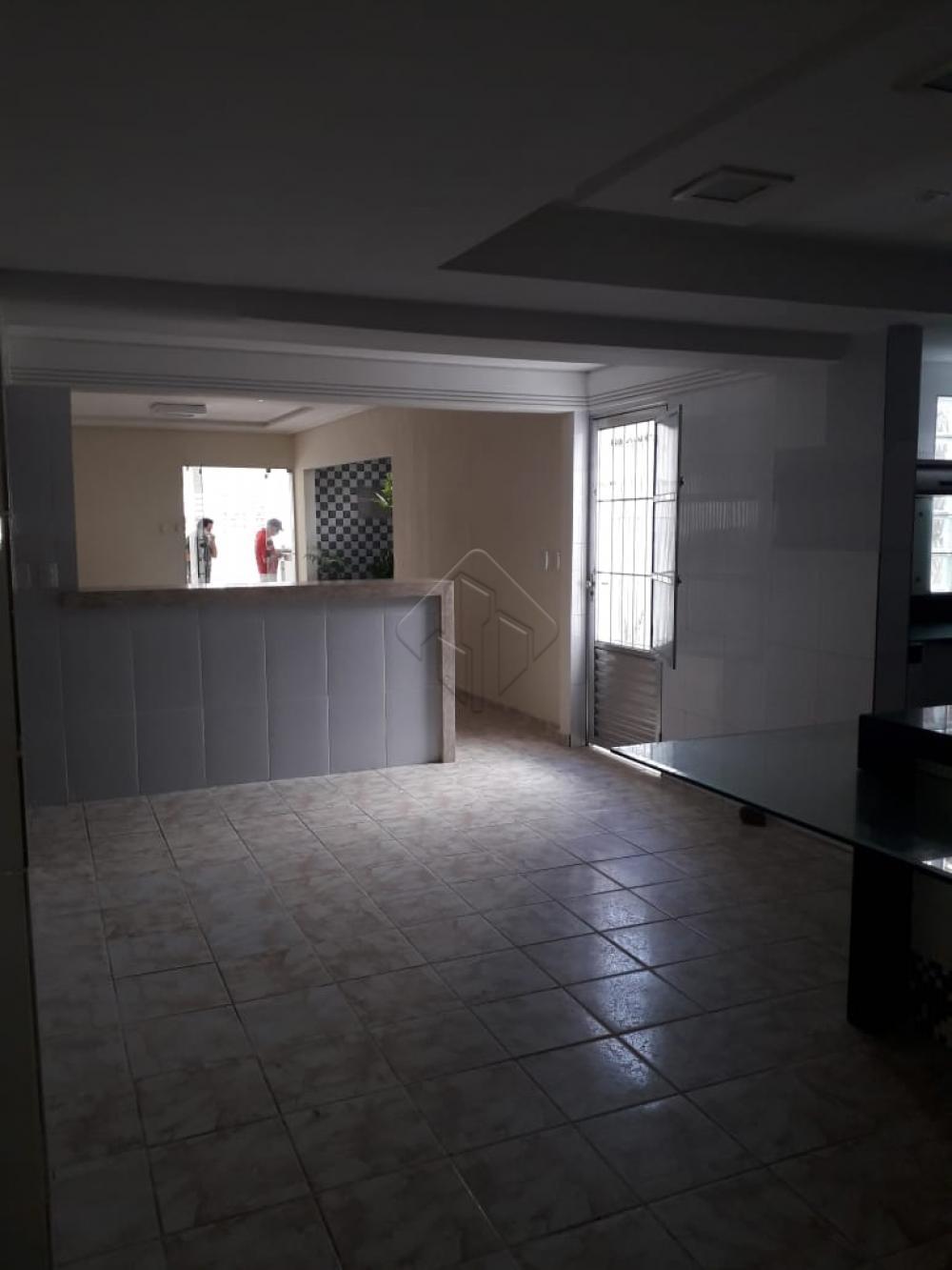 Casa ampla e espaçosa com localização privilegiada,contendo 3 quartos sendo 1 suite, sala para 2 ambientes, cozinha com moveis projetados, 2 área de serviço, e uma vaga de garagem coberta. posição nascente sul, não tem quintal tem 2 área de serviço, e não tem muro
