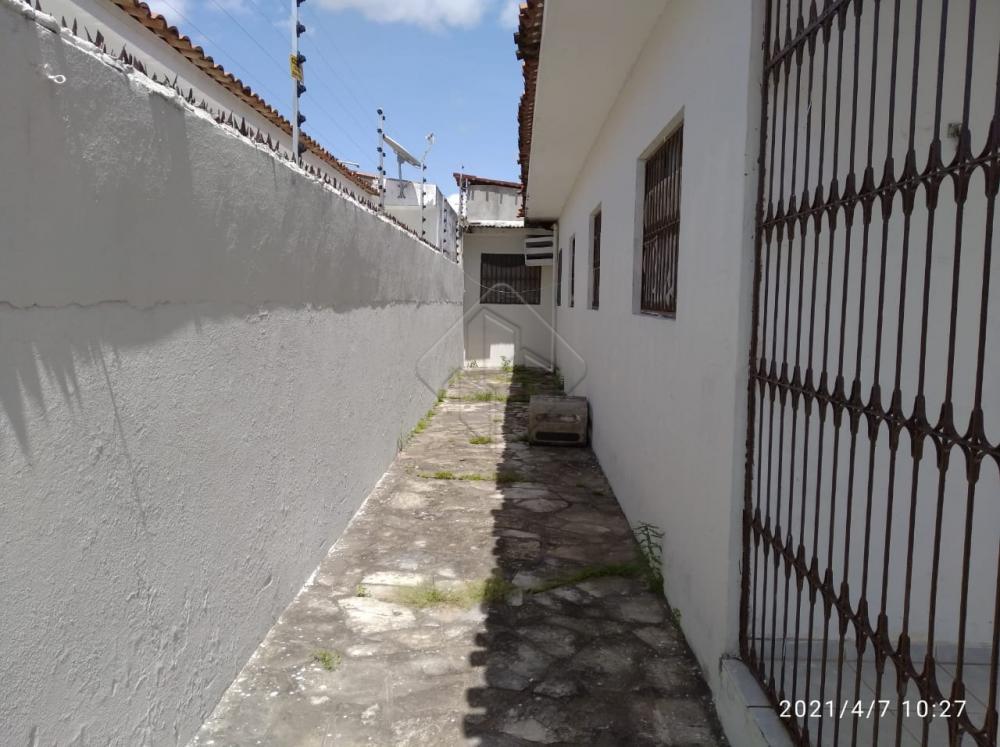 Excelente casa, muito bem localizado no bairro do José Américo.  Características:  3 Quartos (1 suíte) Sala de jantar Sala de estar Terraço Gradeado Banheiro social C/ Blindex Cozinha C/ Armário Área de serviço 02 vagas de garagem  AGENDE AGORA SUA VISITA TEIXEIRA DE CARVALHO IMOBILIÁRIA CRECI 304J - (83) 2106-4545