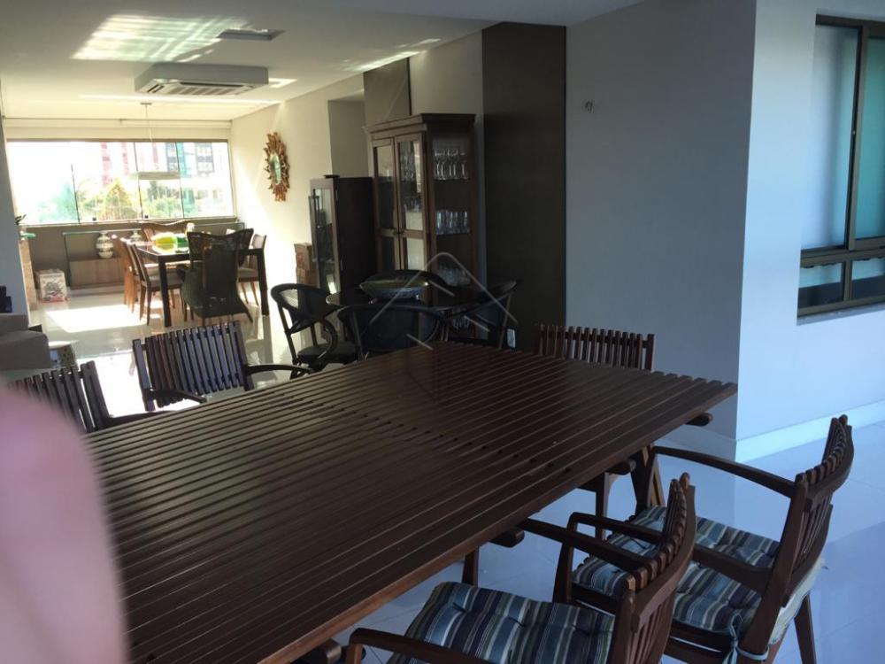 Apartamento no Varandas do Atlântico que está localizado à beira-mar da Praia de Ponta de Campina, com 190 m² de área privativa, todo projetado, 3 suítes, sala para 3 ambientes, ampla varanda, belíssima vista para o mar, lavabo, cozinha, área de serviço, dce, 3 vagas de garagem sendo duas juntas e uma separada.   AGENDE AGORA SUA VISITA TEIXEIRA DE CARVALHO IMOBILIÁRIA CRECI 304J - (83) 2106-4545