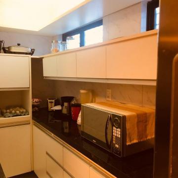 Apartamento térreo com 79 m² de área útil.  Características do imóvel:  * 02 quartos sendo 01 suíte,  * 01 vaga de garagem,  * Excelente localização,  * Rua pavimentada.  - Imóvel construído em 1999.  AGENDE AGORA SUA VISITA TEIXEIRA DE CARVALHO IMOBILIÁRIA CRECI 304J - (83) 2106-4545